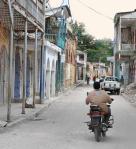 In Jacmel sind unterdessen die immensen Zerstörungen, die das Jahrhundertbeben verursachte, allgegenwärtig