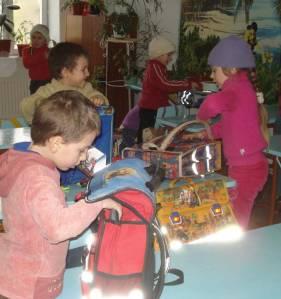 Moldawien 2009: Mit Schultaschen beschenkte Kinder