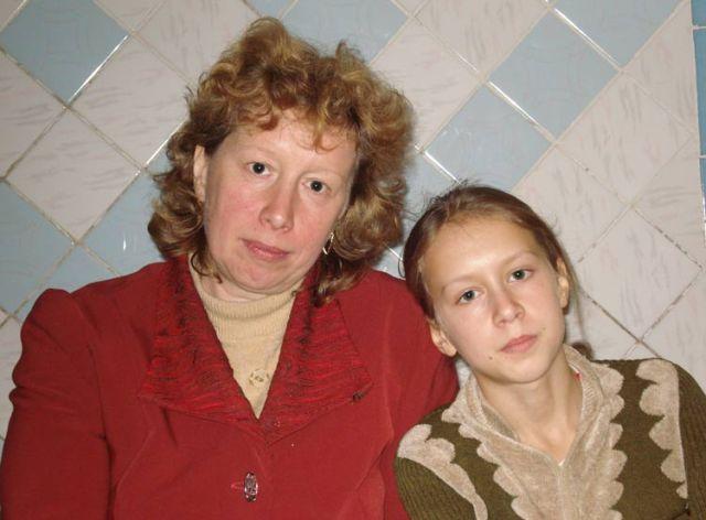Schicksale: Ein Mädchen mit ihrer Mutter aus Moldawien