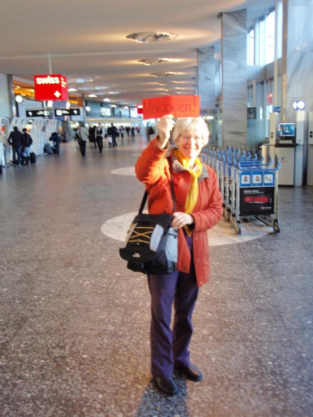 Auch 2012 wieder dabei: ORA-Vorstandsmitglied Margret Stoll zeigte den ORA-Reisenden Anfang 2011 am Züricher Flughafen wohin es geht - nach MOLDAWIEN!