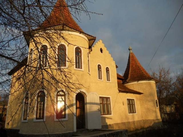 Fast wir ein Märlischloss wirkt die Kindertagesstätte Ester Chiperceni in der winterlichen Abendsonne