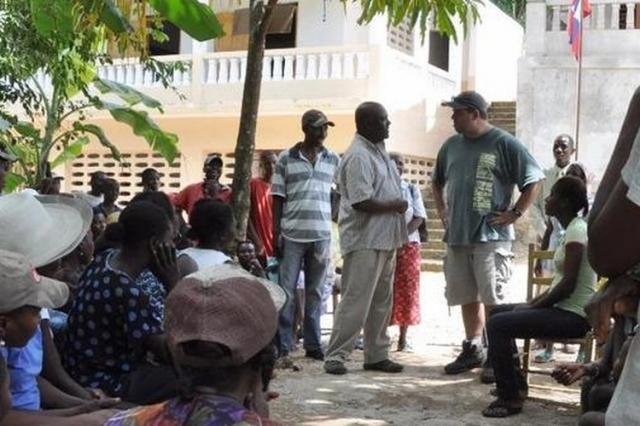 Gespräche mit der Dorfgemeinschaft: Matthias Floreck (3.v.r.) mit Nick Avignon, dem Leiter unserer Partnerorganisation in Lougou / Haiti