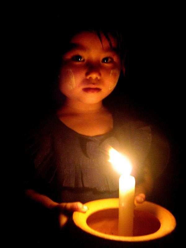 Ein burmesisches Mädchen sagt Danke für Ihre Hilfe