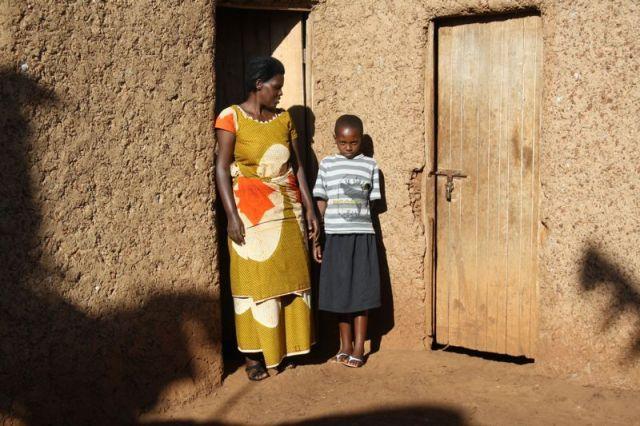 Venantia mit ihrer Tochter Leah vor ihrer Lehmhütte