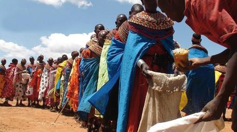 Geduldig warten die Frauen bei der Ausgabe der wertvollen Lebensmittel.  Für viele Familien ist es die erste Hilfe, die sie seit langem erreicht.  In Lodwar und Lokorir waren vorher noch keine Hilfsorganisationen tätig.