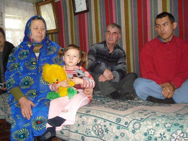 Zu Besuch bei einer Familie - sie wohnen nur zu fünft im einzig geheizten Raum