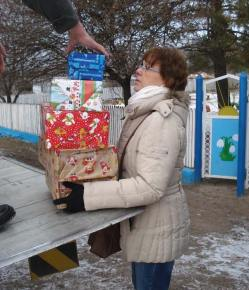 Eine mitgereiste freiwillige Helferin hilft beim Entladen