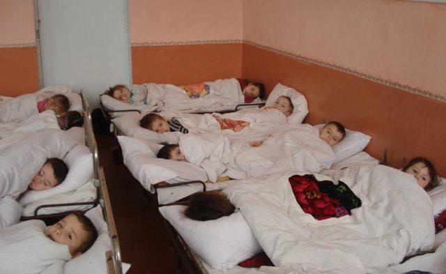 Zwei Kinder pro Bettchen: Aber immerhin haben sie überhaupt eines