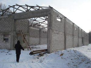 Zwei Aussenmauern der neuen Lagerhalle stehen immerhin schon