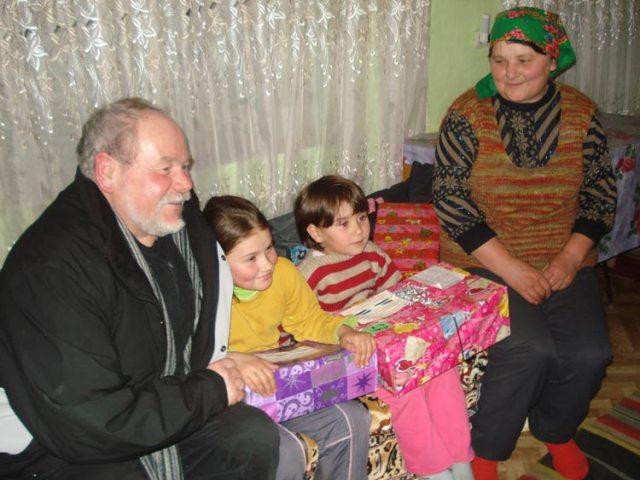 Pate Siegfried Böhm trifft zum ersten Mal sein Patenkind und dessen Familie
