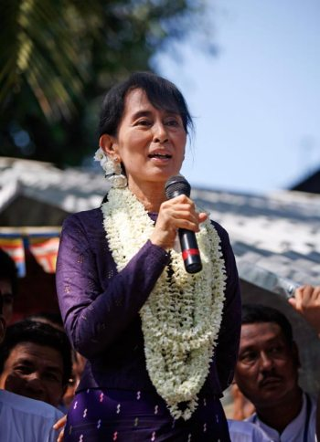Aung San Suu Kyi bei einer Rede in Hlaing Thar Yar, einem Stadtteil von Yangon am 17. November 2011 (c) Htoo Tay Zar (www.openmyanmar.tumblr.com)