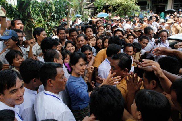 Aung San Suu Kyi umringt von Anhängern im Bago State am 14. August 2011 (c) Htoo Tay Zar (www.openmyanmar.tumblr.com)