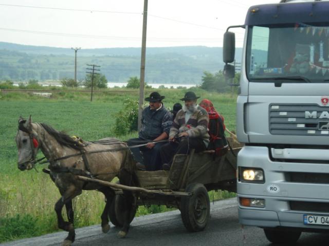 Nach wie vor ein typisches Strassenbild in Moldawien sind Pferdefuhrwerke als Transportmittel