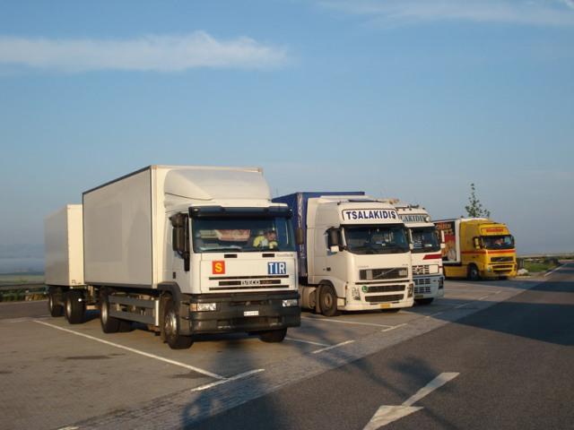 Auch beim Zurückfahren hiess es wieder Warten am Zoll - links der Berner Transporter