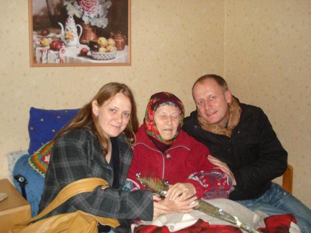 Viele Senioren in Moldawien müssen von nur 20 Franken im Monat leben. Eine unlösbare Aufgabe. ORA gibt ihnen einen würdevollen Lebensabend. Die Mitarbeiter Marina Milau und Georg Rettenbacher hier beim Besuch von Bewohnerin Lucia.
