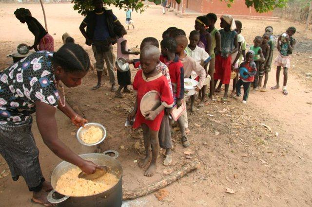 Unsere Kinder in Guinea-Bissau bei der Schulspeisung