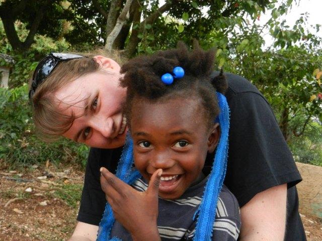 Stefanie Schmider mit einem haitianischen Patenkind