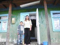 Grigore mit seiner Mutter vor dem Haus