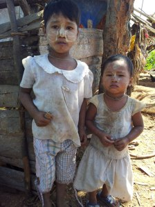 Bedürftige Kinder in Burma (c) 2013 Georg Rettenbacher