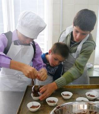 Ganz vorsichtig werden die Muffinförmchen mit dem angerührten Teig befüllt...
